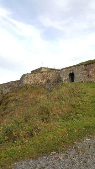 Gyllenlövs festning i anslutning till Fredrikstens festning, den enda festningen svenskarna någonsin erövrat där. Karl XII mötte sitt öde på kullen nedanför.